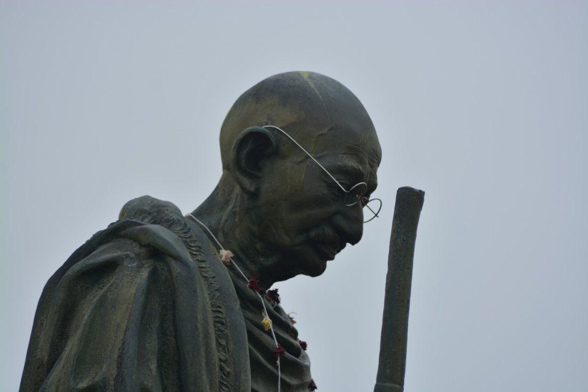 Gandhi, Don Quijote sau doar Calin?
