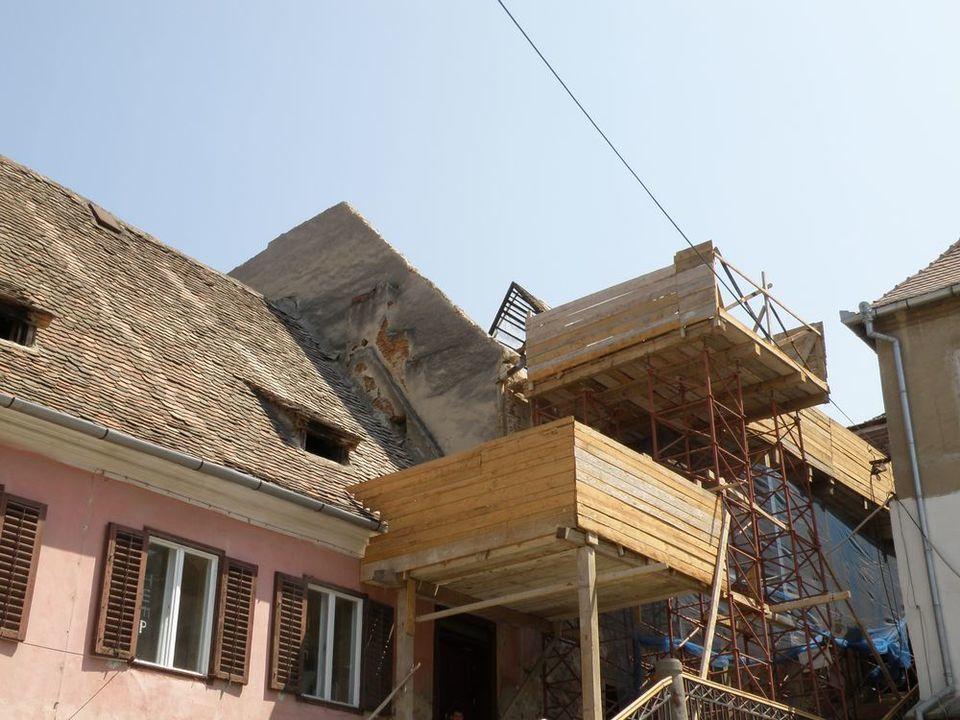 Renovare sau demolare?