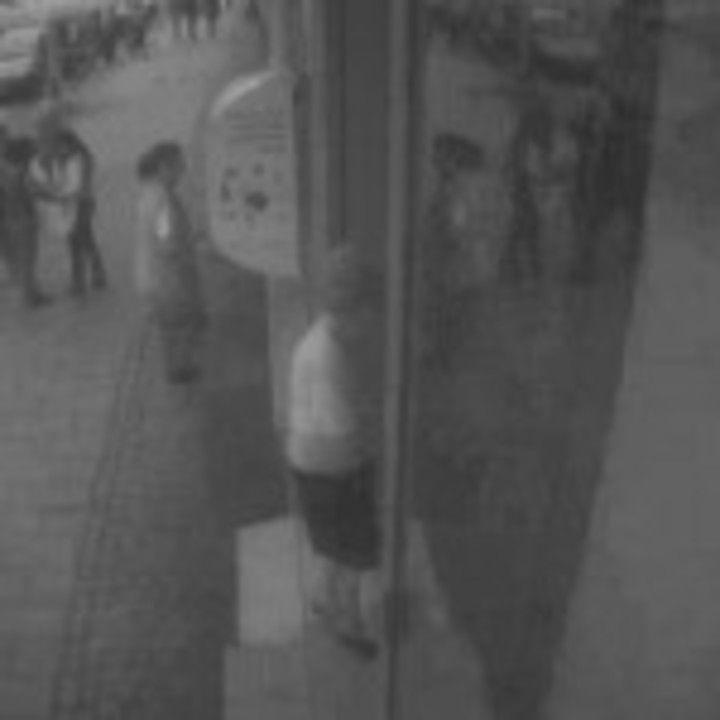 Cunoaşteţi această persoană? Suspect de furt din bancomat de la Sibiu