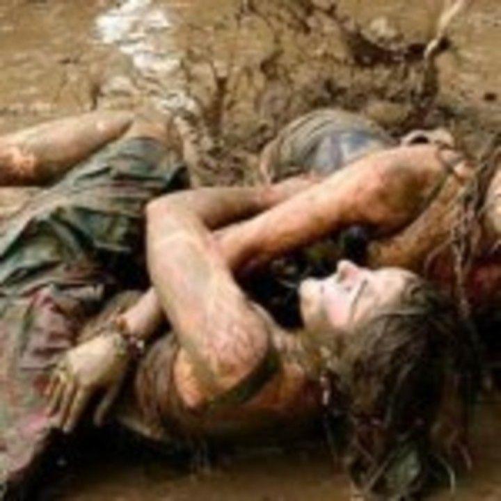 De ce bărbaţilor le plac luptele fetelor în noroi?