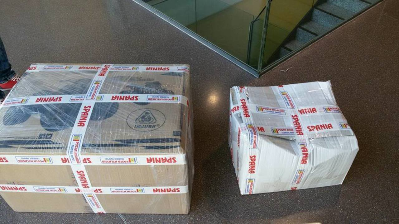 Posta Atlassib livreaza coletele in saci de gunoi